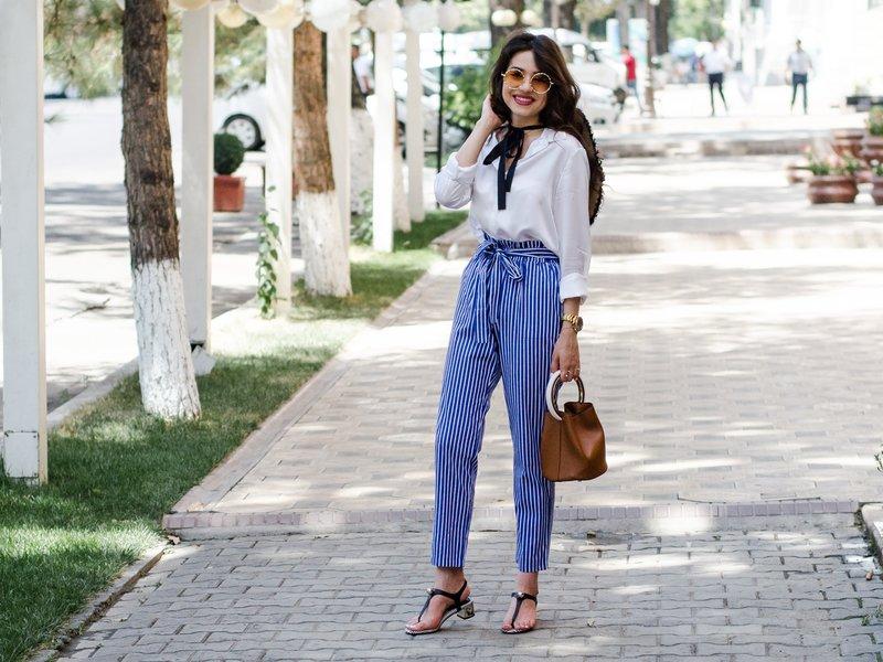 Gestreepte broek met een riem