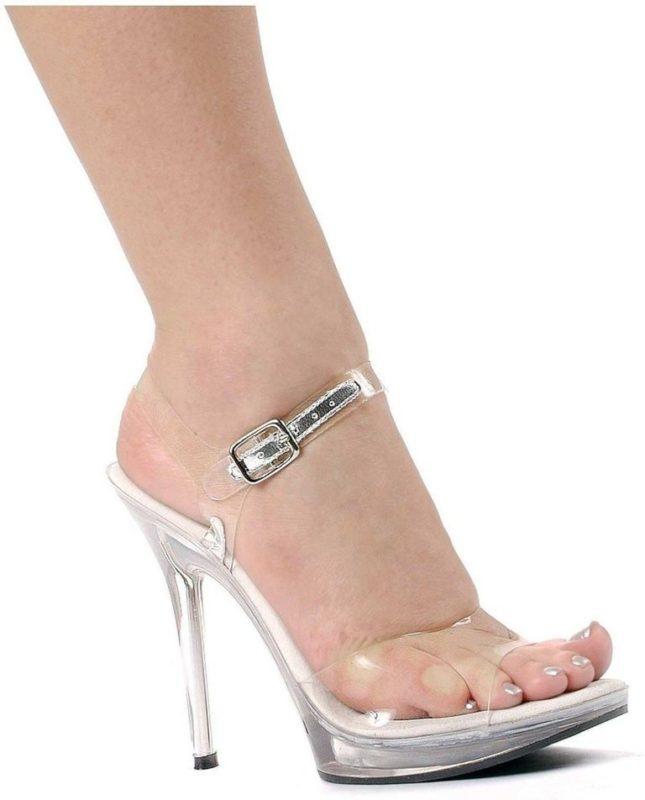 Meisje in volledig transparante sandalen