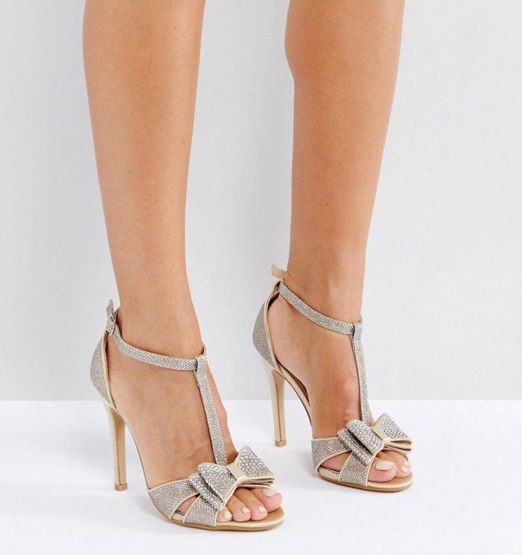 Meisje in sandalen met een T-vormige riem