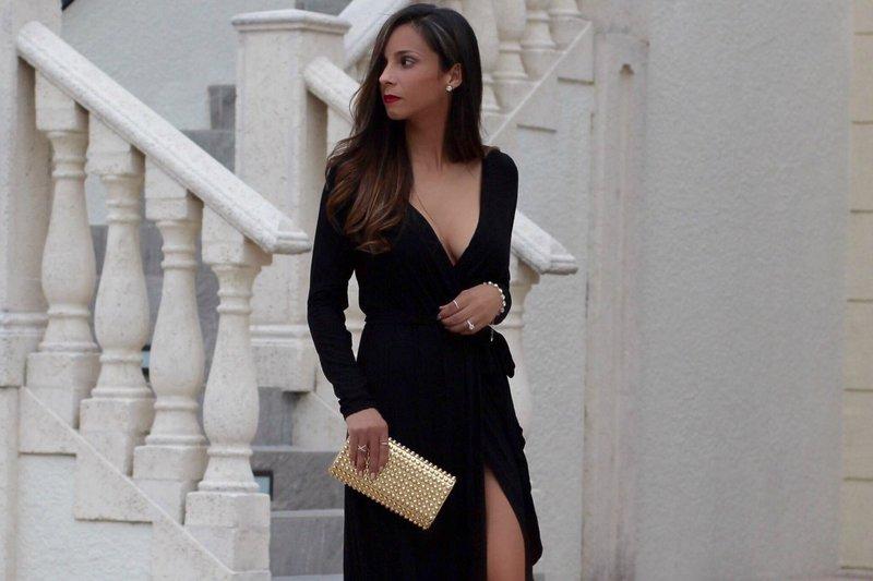 Zwarte jurk met een diepe halslijn en een lange mouw