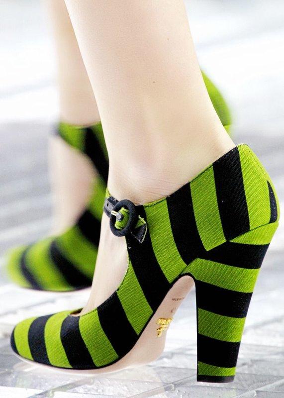 Meisje in gestreepte schoenen