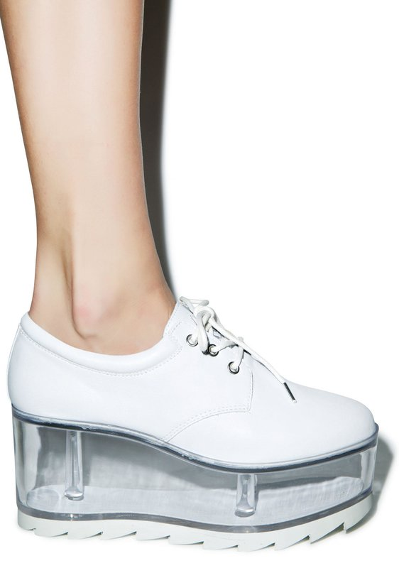 Meisje in schoenen met transparante zolen