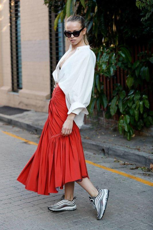 Meisje in sneakers en een rok