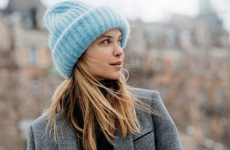 Mėlyna megzta kepurė