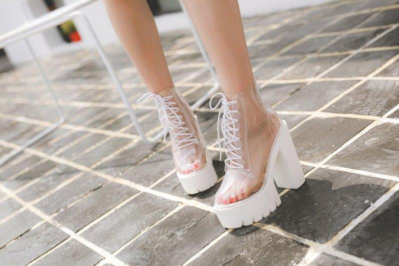 Viršutinis batų modelis su skaidriais elementais