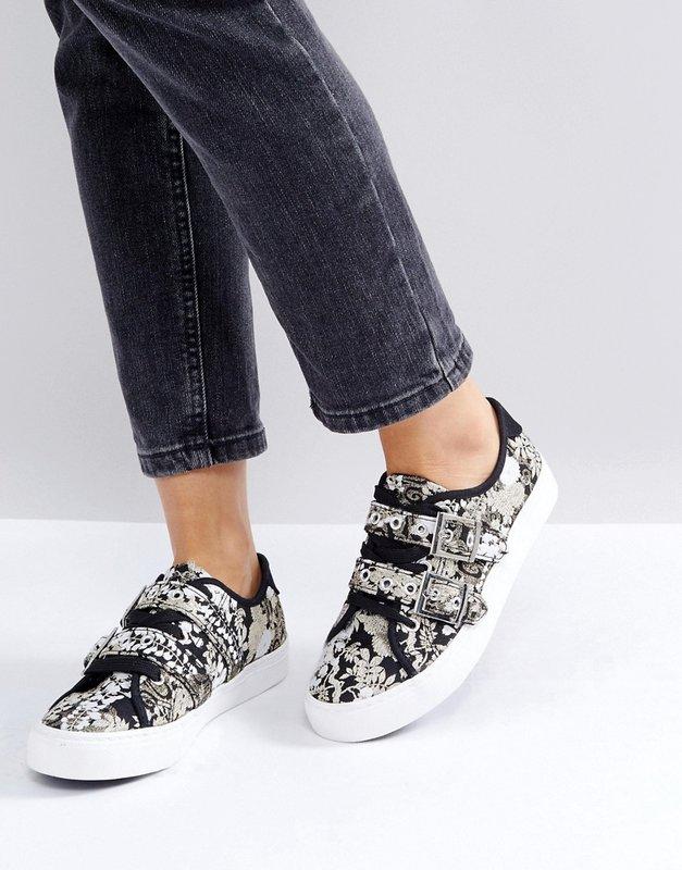 Meisje in sneakers met gespen.