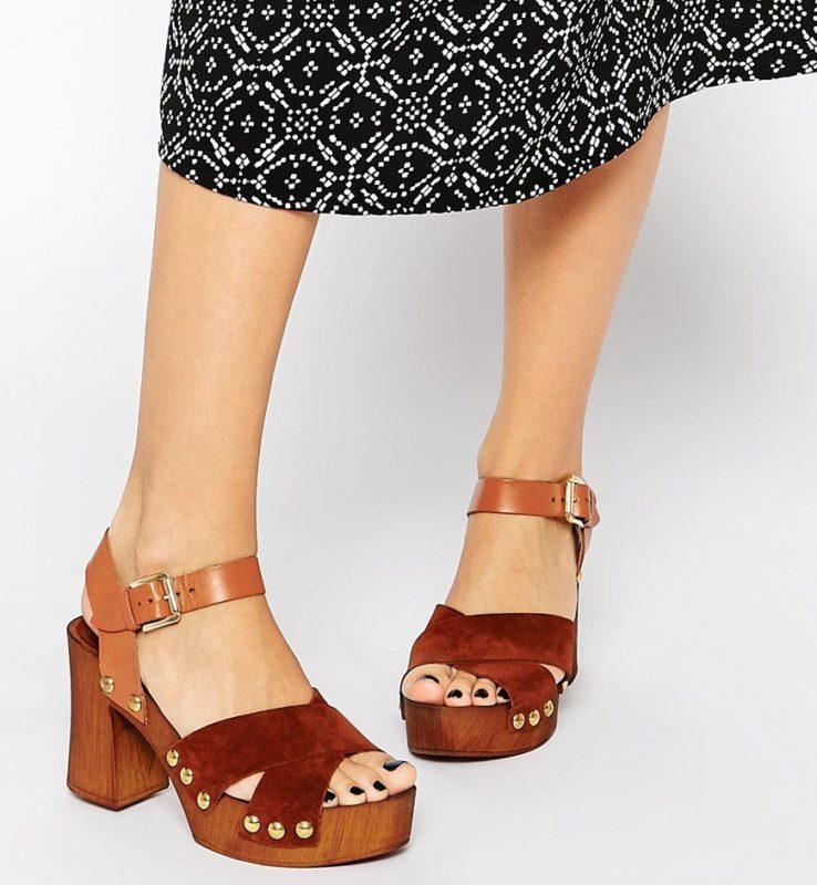 Jaren 70-stijl meisje in sandalen met stabiele hakken