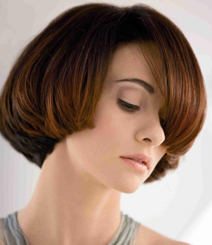 Pusiau kirpimas ant vidutinių plaukų kartu su įstrižomis kirpčiukais