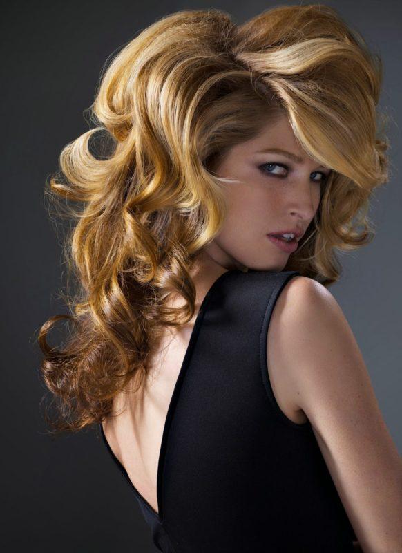 Sluoksniuoti vidutinius plaukus garbanų pavidalu