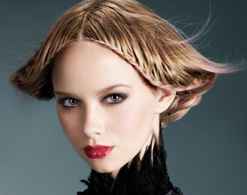Įdomus vidutinio ilgio plaukų stilius