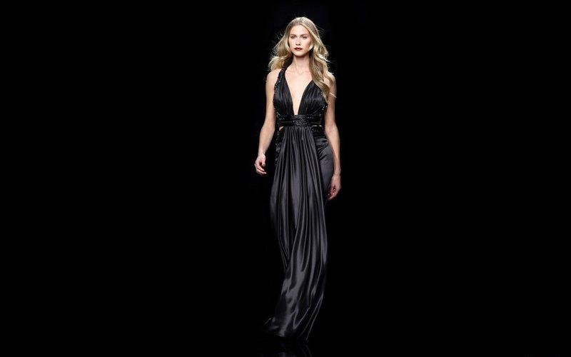 Zwarte jurk met een diepe halslijn