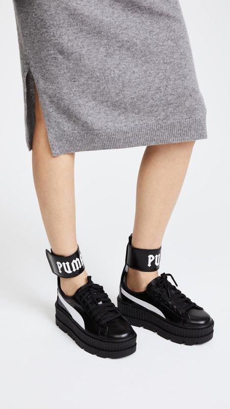 Meisje in sneakers op een dik platform met een riem