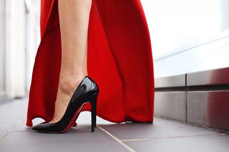Juodi batai su raudonais padais