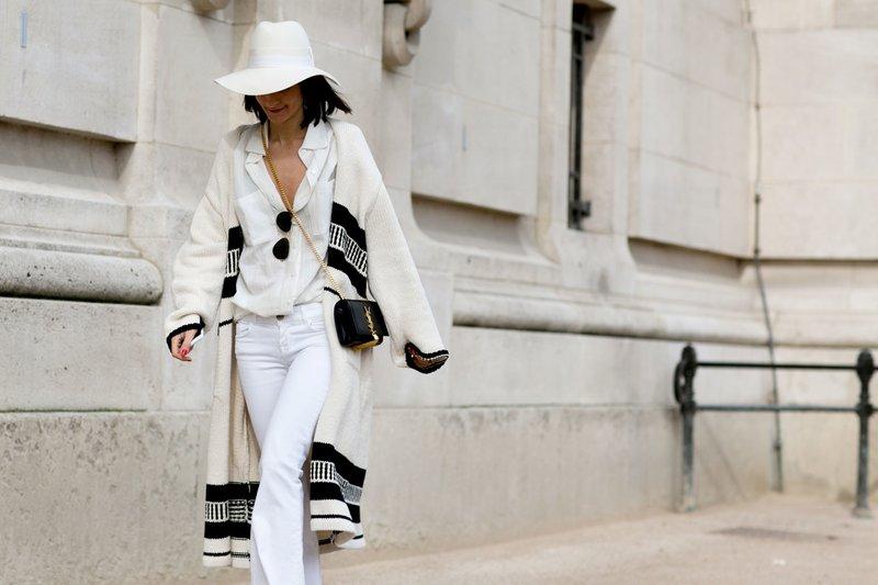 Modieuze look in het wit.
