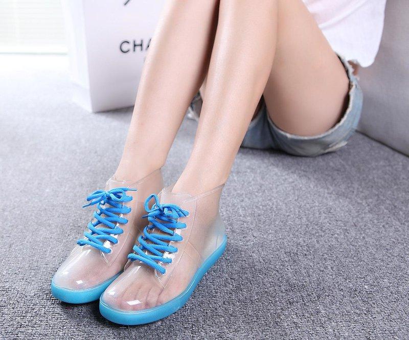 Meisje in transparante schoenen