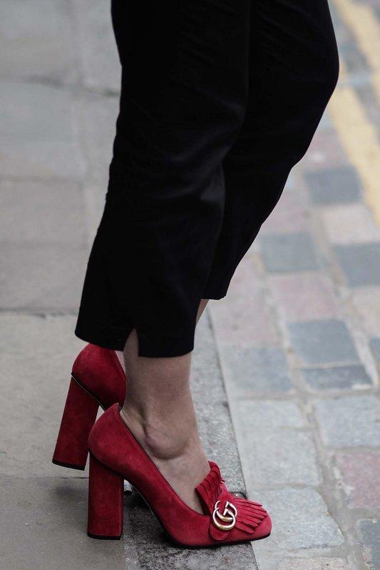 Meisje op hoge hakken loafers