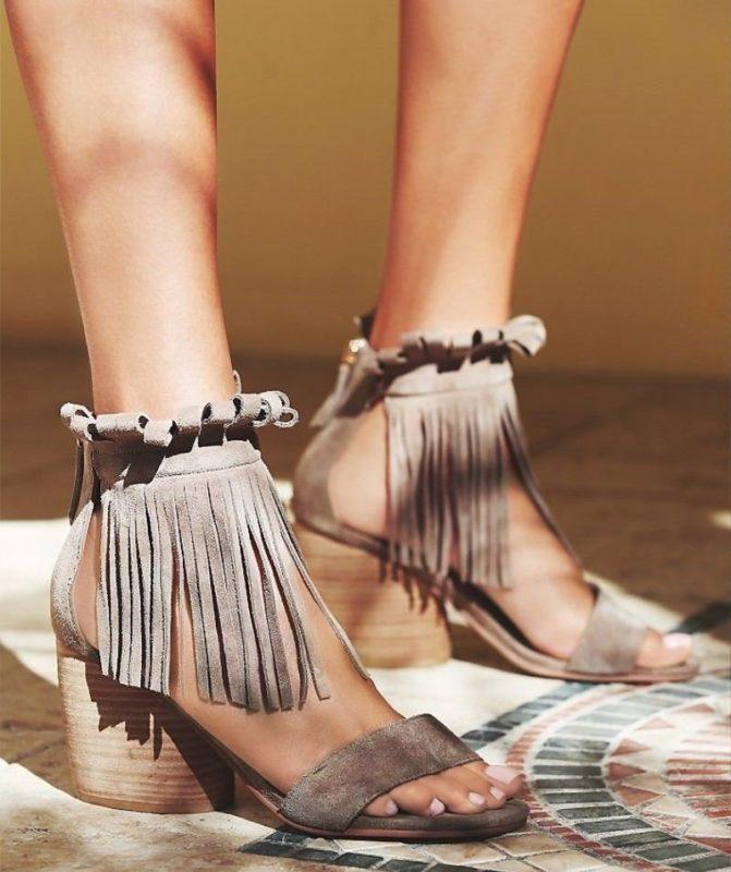 Meisje in omzoomde sandalen