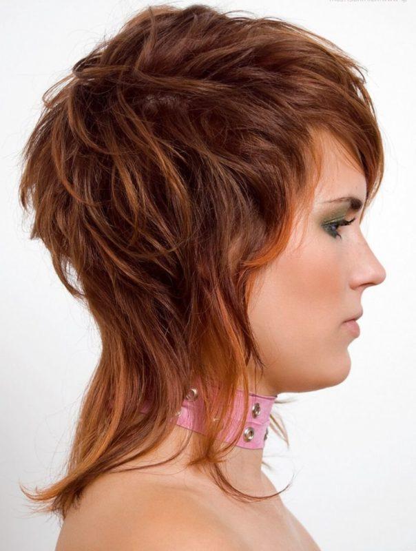 Mergina su garbanotų plaukų šukuosena.