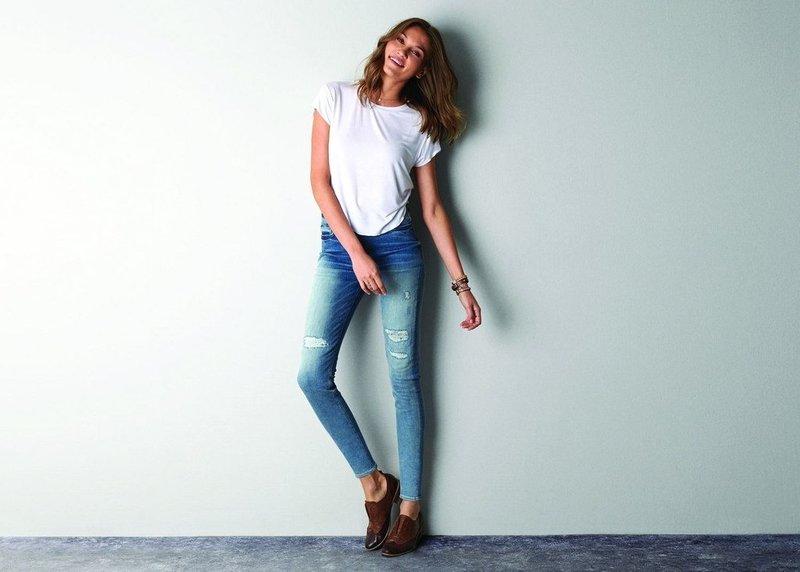 Mooi meisje in magere jeans