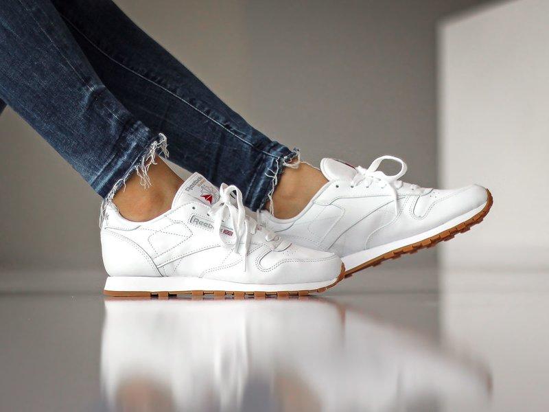 Meisje in praktische sneakers