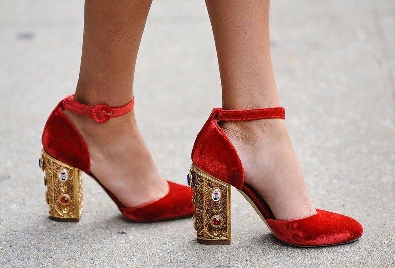 Raudoni batai su dirželiu ir neįprastu kulnu