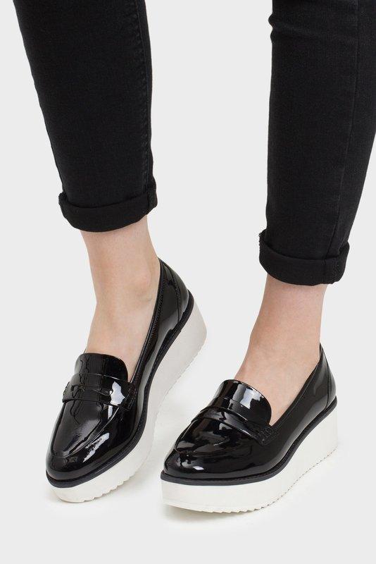 Meisje in loafers van het vernisplatform