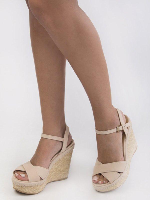Meisje in strap-on sandalen met sleehak