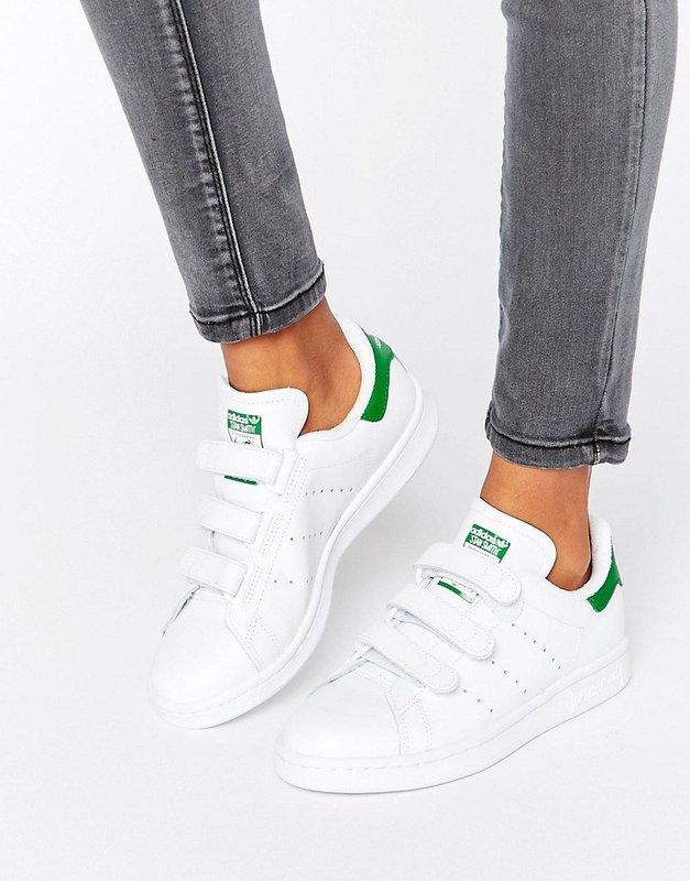 Meisje in klittenband sneakers
