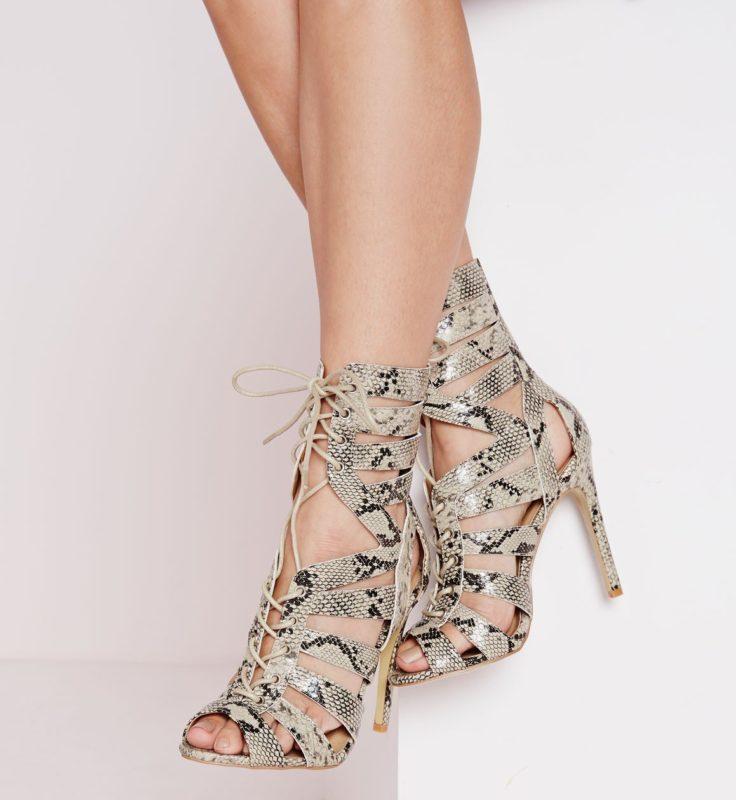 Meisje in slangenprint sandalen