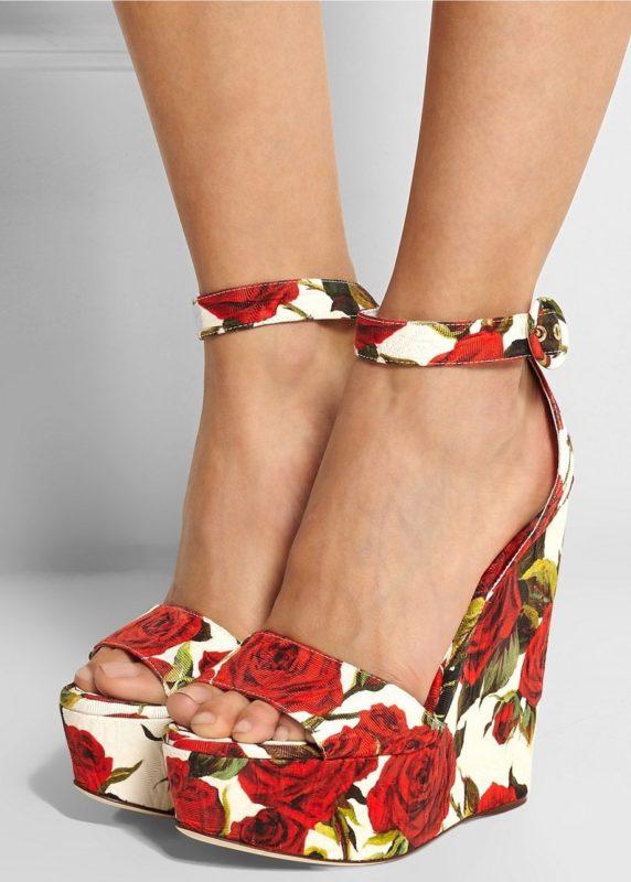 Meisje in sandalen met bloemenprint