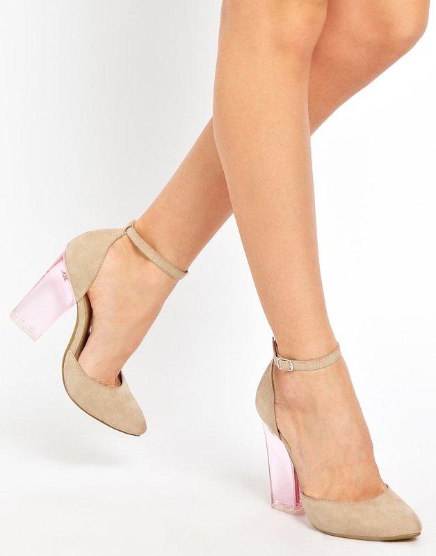 Meisje in sandalen met een transparante hak