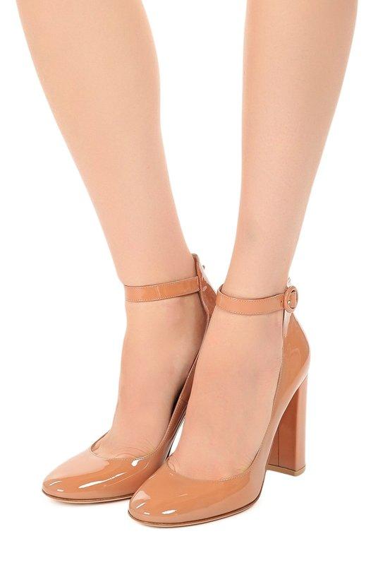 Meisje in schoenen met enkelband