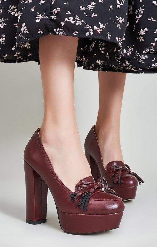Meisje in platform schoenen en dikke hakken