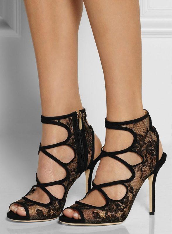 Meisje in sandalen met veters