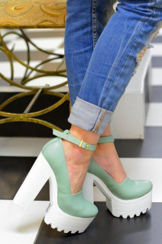 Meisje in schoenen met zolen