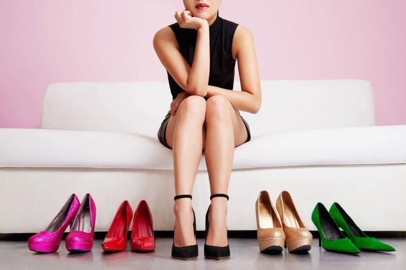 Meisje kiest modieuze schoenen