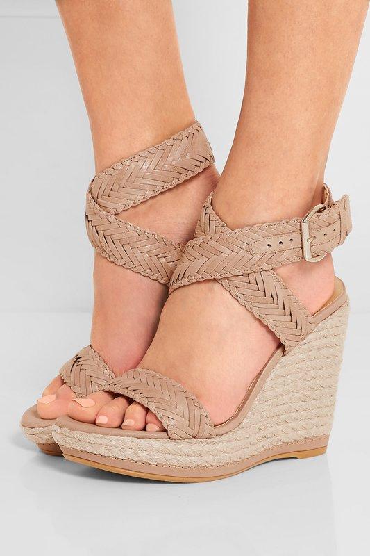 Meisje in wig sandalen met enkel weven