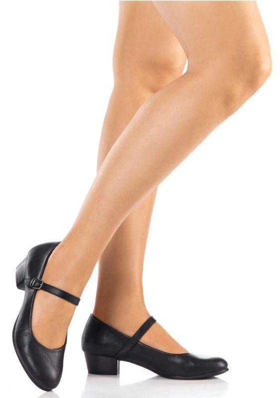 Meisje in schoenen met lage hakken met een riem in de lift