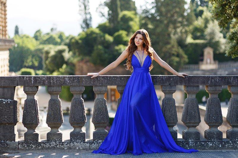 Blauwe jurk met een diepe halslijn