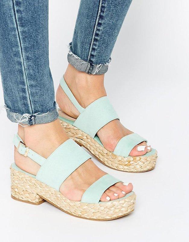 Meisje in sandalen op een gebreid platform