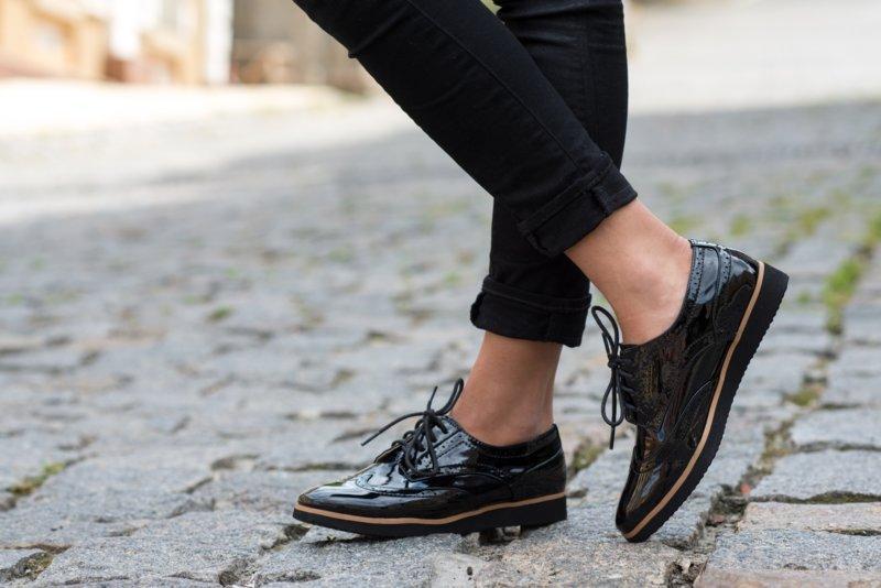 Juodos lakinės odos batai