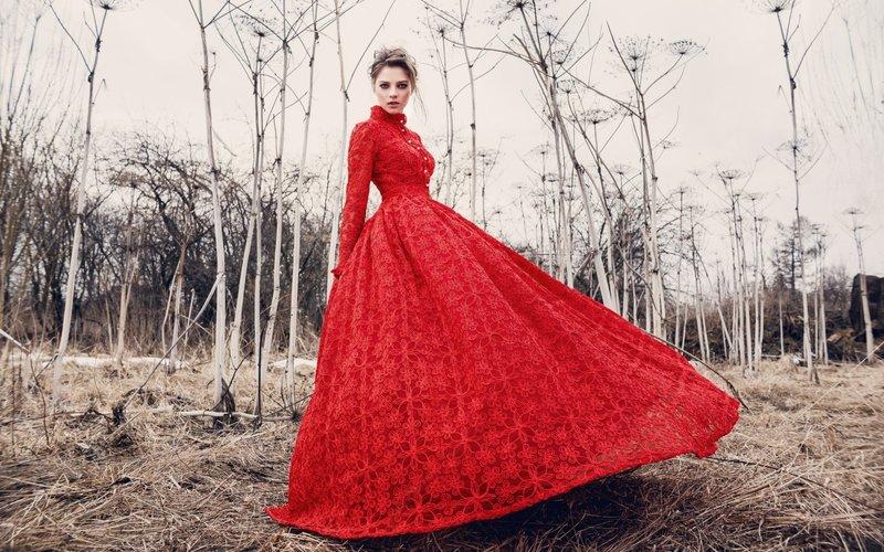 Rode jurk met een volle rok