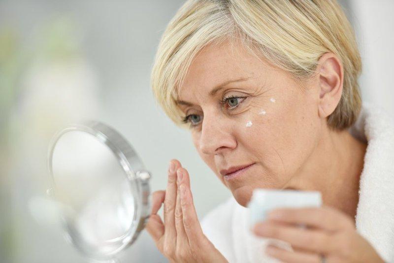 Vrouw voedt gezichtscrème