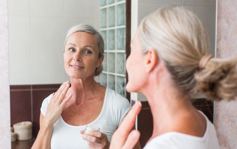 Vrouw na 50 zorgt voor haar gezicht