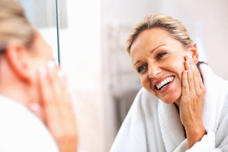 Vrouw hydrateert haar gezicht