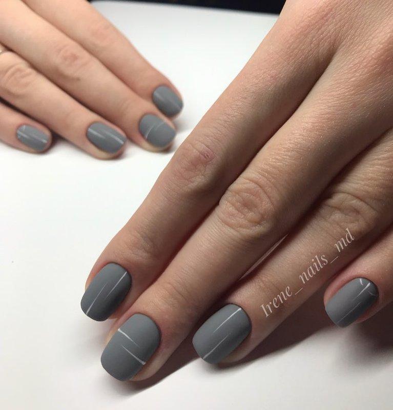 Grijze matte nagels met design