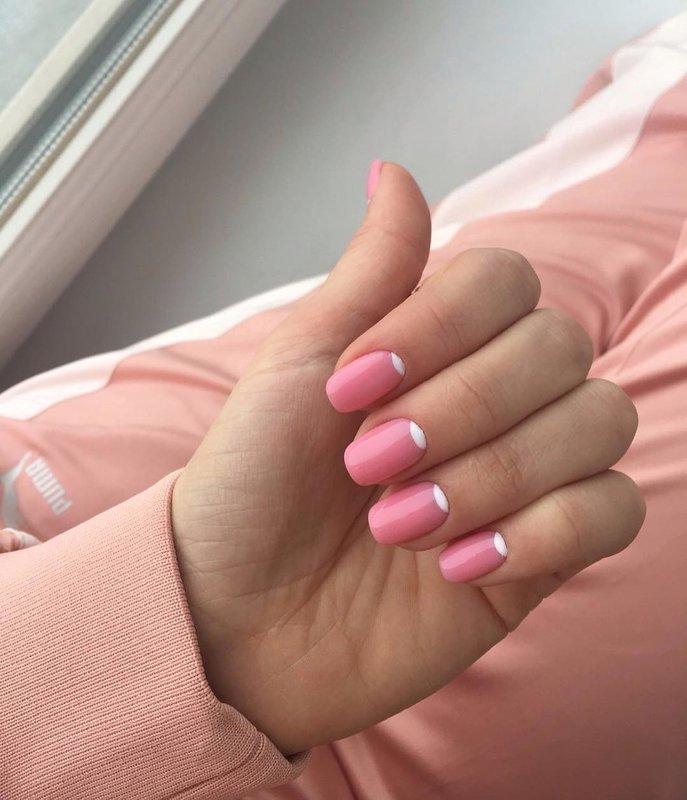 Roze manicure met witte gaten