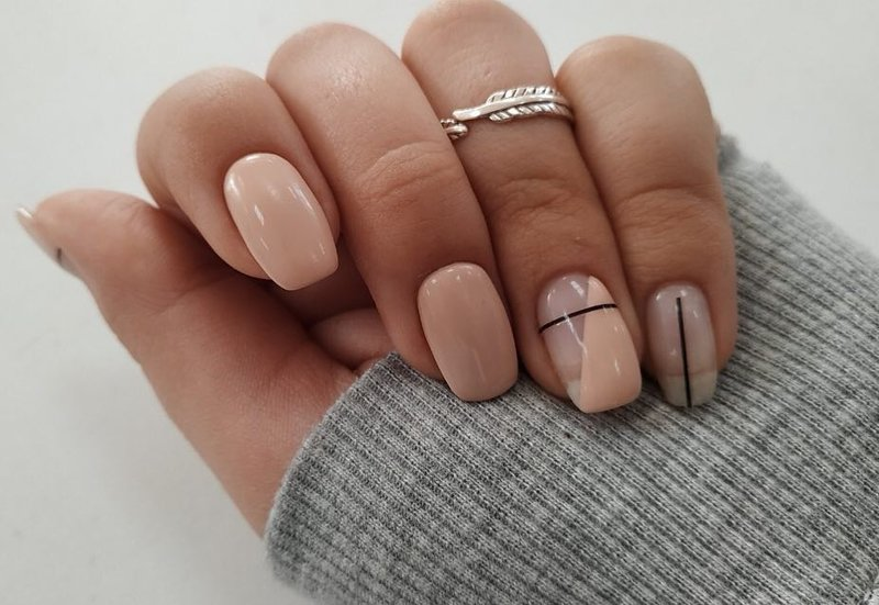 Dunne gestreepte manicure