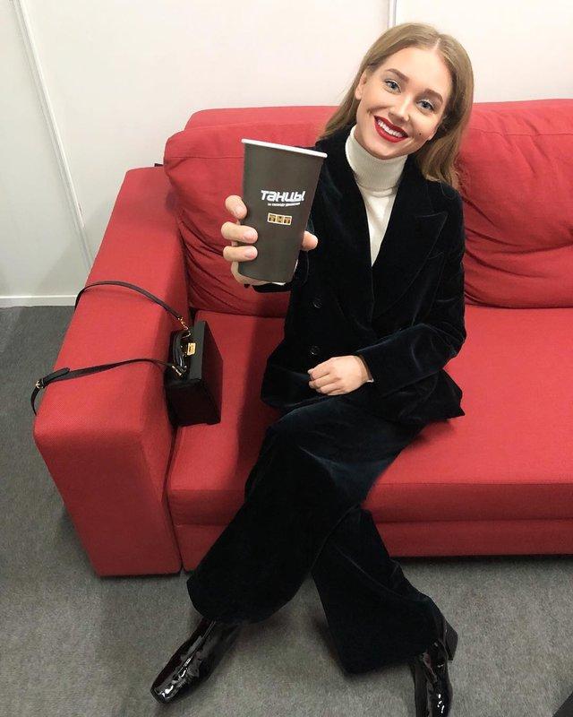Christina Asmus in een fluweelzwart pak