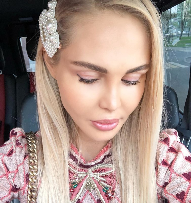 Maria Pogrebnyak nešioja didelius plaukų segtukus